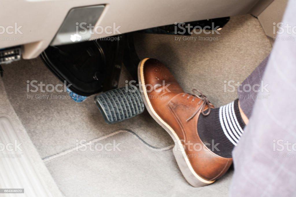 sistema de seguridad en los pies accidente y freno, peligro de bicicletas con motor de auto, hábitos de conducción - Foto de stock de 30-39 años libre de derechos