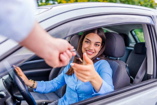 autoverkäufer geben-taste an neue besitzer oder kunden - mietwagen stock-fotos und bilder