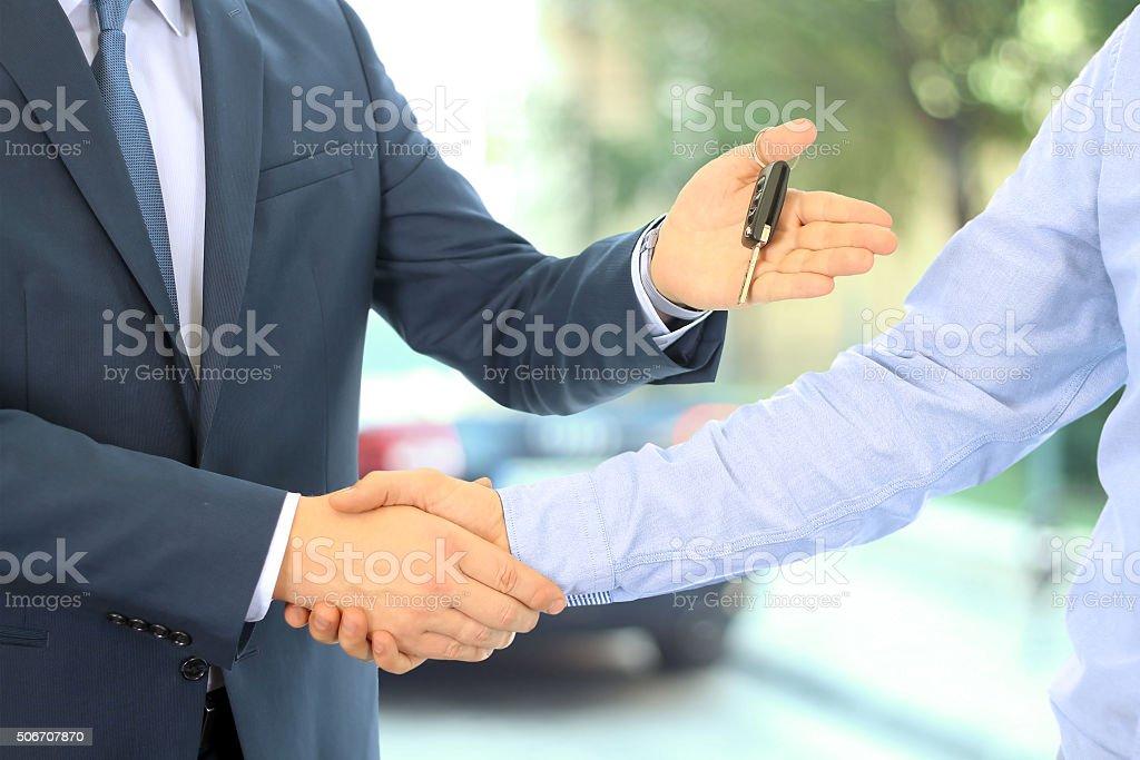 Auto-Verkäufer zukommende Wegstrecke der Schlüssel für ein neues Auto – Foto