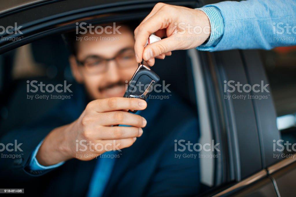 Autoverkäufer die Schlüsselübergabe an dem Kunden – Foto