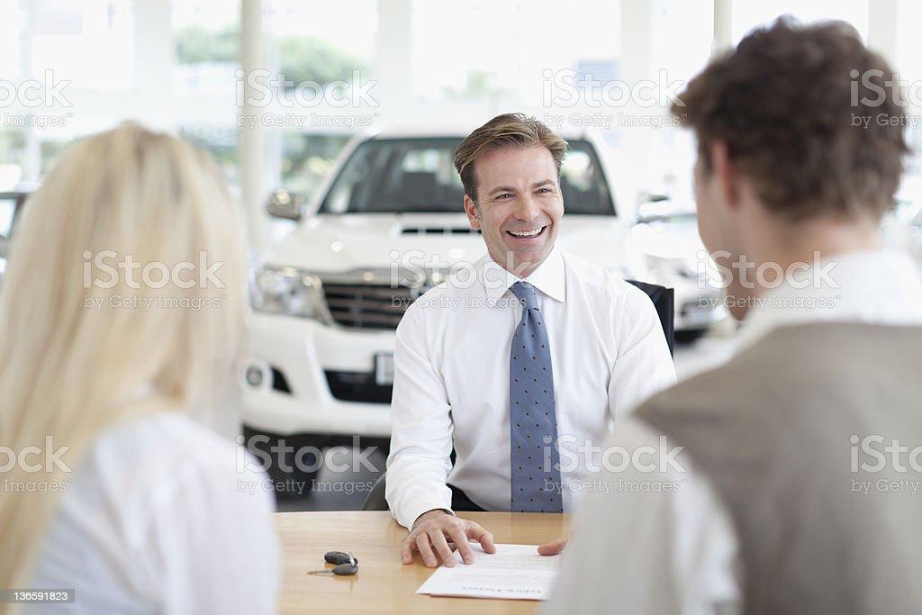Auto-Verkäufer, Kunden an der Rezeption – Foto