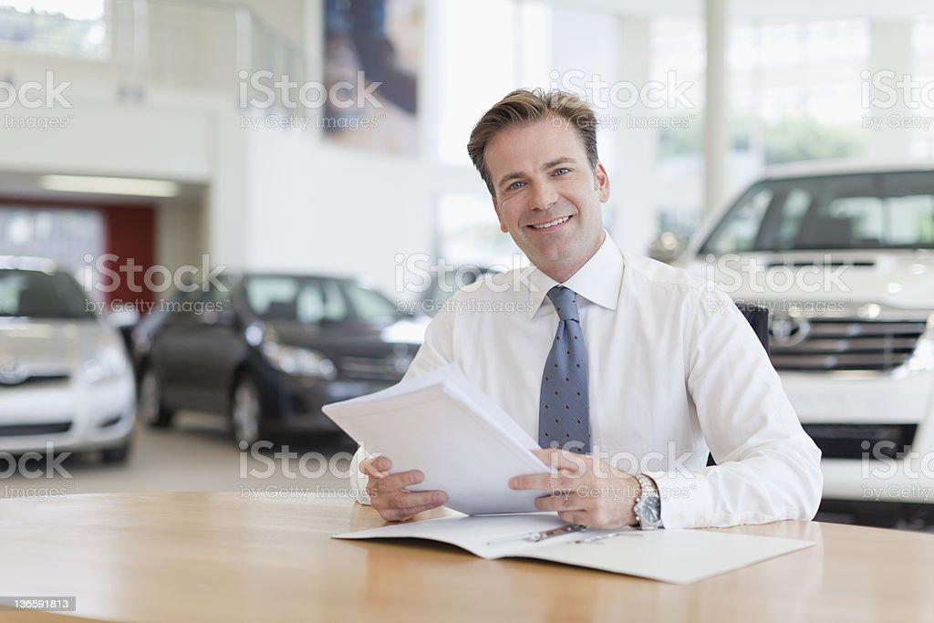 Auto-Verkäufer mit Papierkram an der Rezeption – Foto