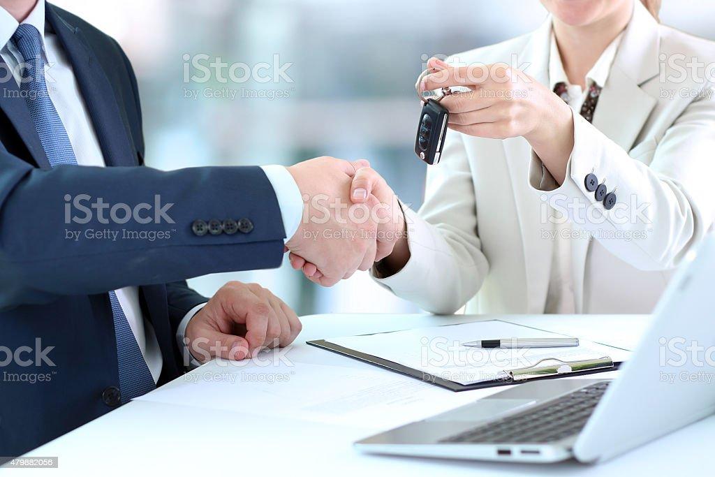Auto saleswoman Weiterleitung von der Schlüssel für ein neues Auto – Foto