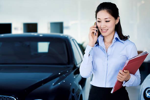 saleswoman Auto ist auf dem Telefon – Foto