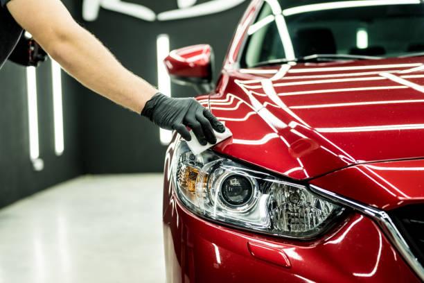 operatore di assistenza auto che applica un rivestimento nano su un dettaglio dell'auto. - auto foto e immagini stock