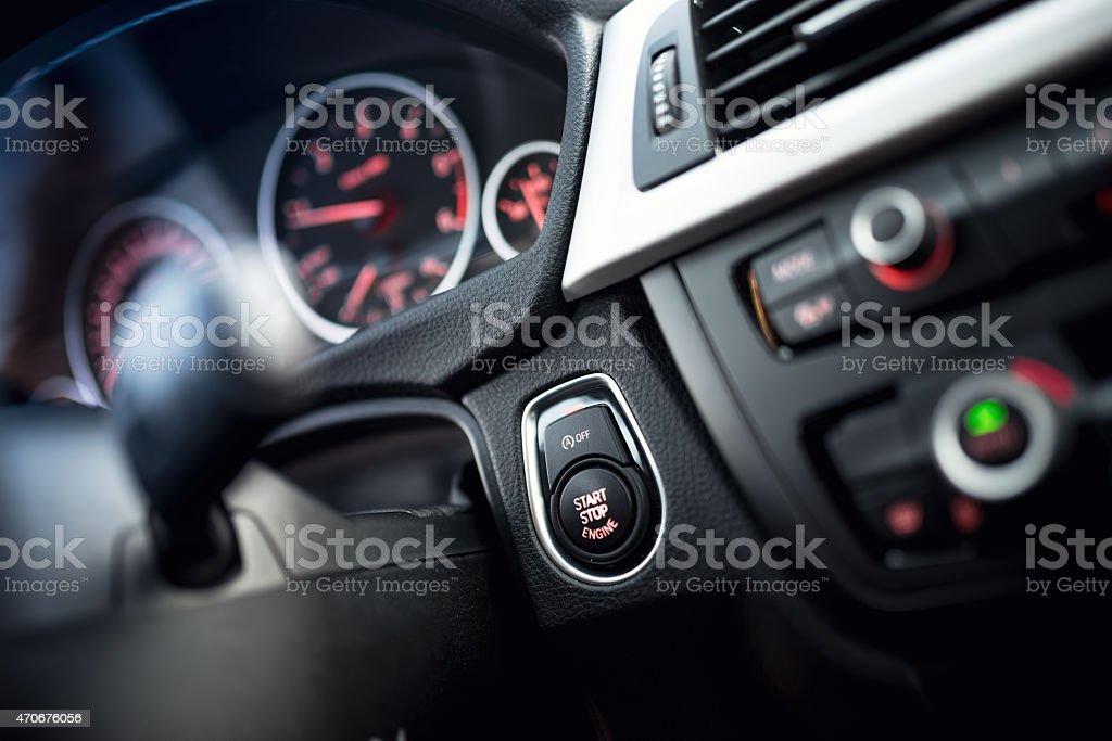 Auto starten und beenden Schaltfläche.   Car interior dashboard, cockpit-details – Foto