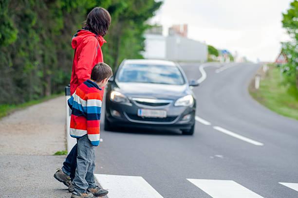 auto für fußgänger angehalten - fußgänger stock-fotos und bilder