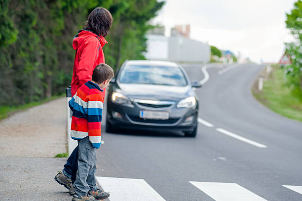 car stopped for pedestrian - oversteken stockfoto's en -beelden
