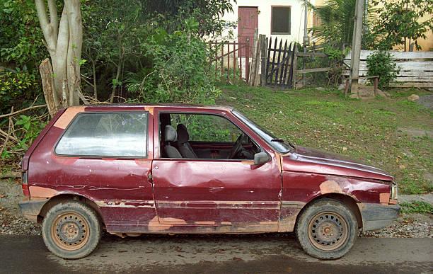car that needs repair - slechte staat stockfoto's en -beelden