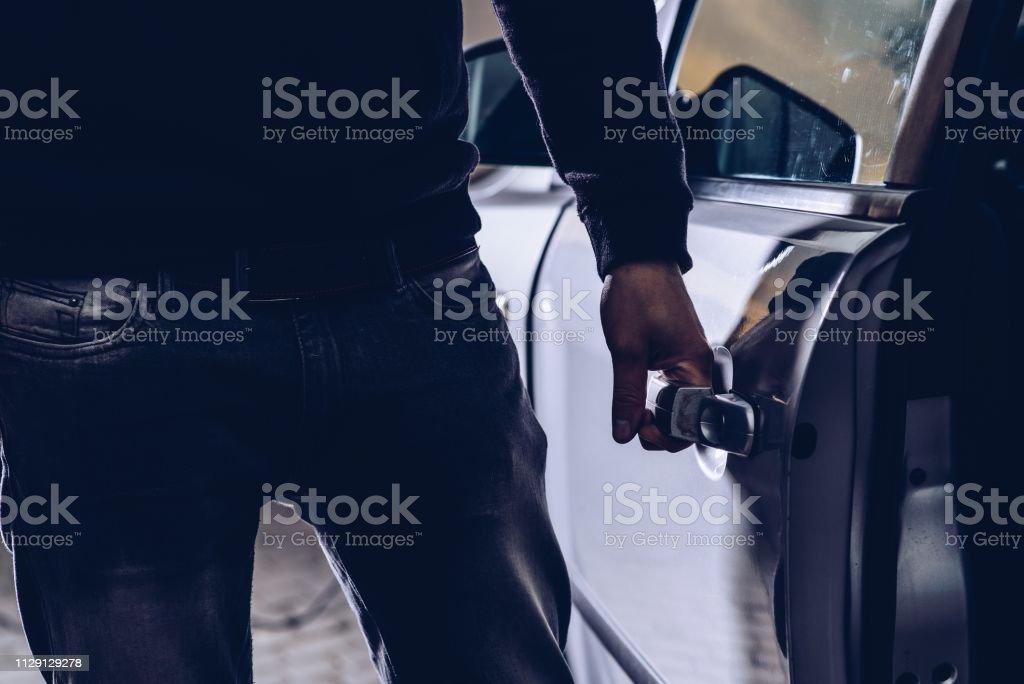 Ladrón de coches abrir puertas de coche robado - Foto de stock de Abierto libre de derechos