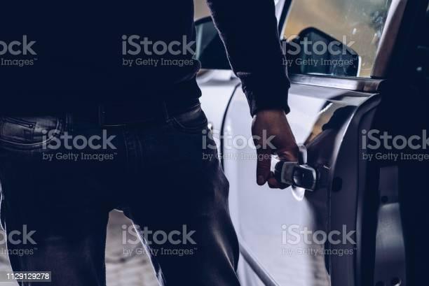 Ladrón De Coches Abrir Puertas De Coche Robado Foto de stock y más banco de imágenes de Abierto