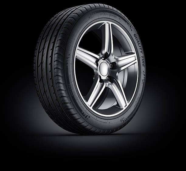 Auto Reifen auf schwarzem Hintergrund – Foto