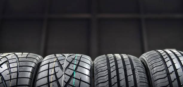 autobanden in magazijn - tyre stockfoto's en -beelden