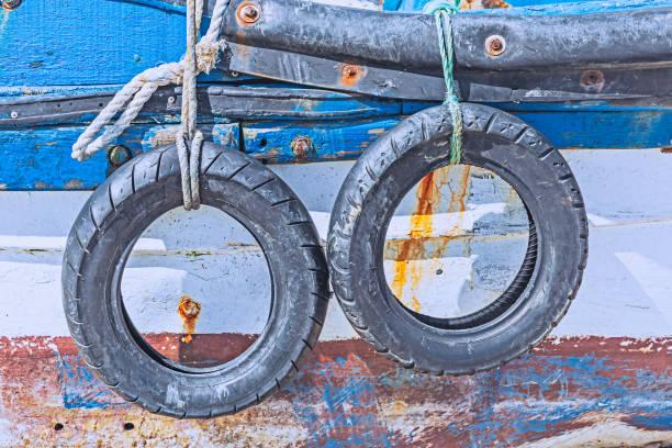 Neumáticos de coche en barcos de pesca - foto de stock