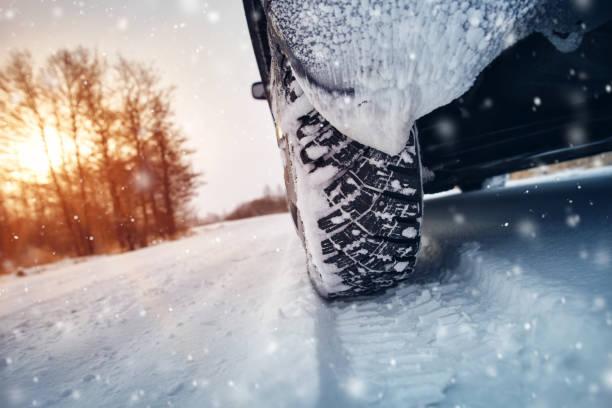 autobanden winter onderweg bedekt met sneeuw - toestand stockfoto's en -beelden