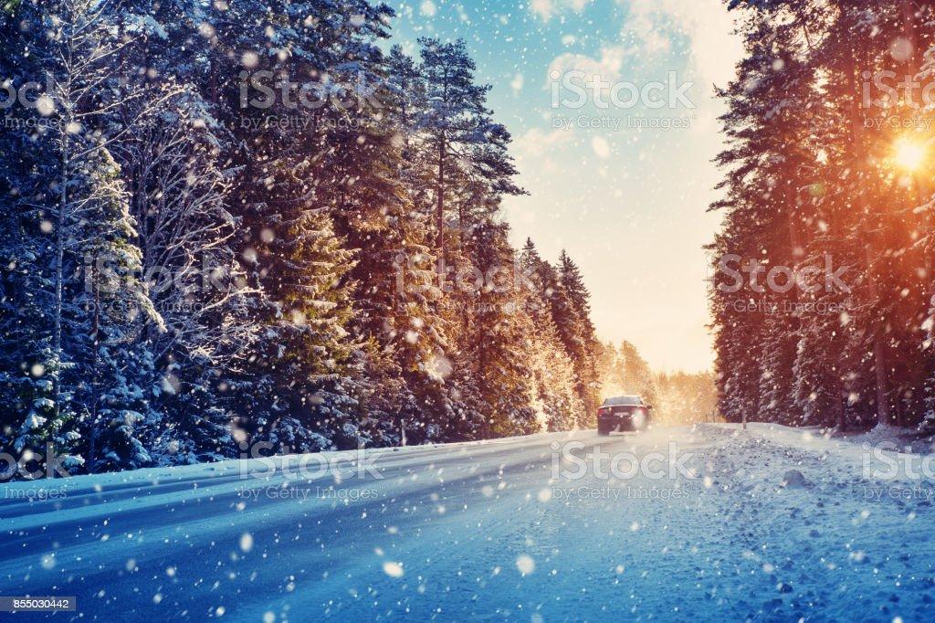 tires coche en invierno carretera - foto de stock