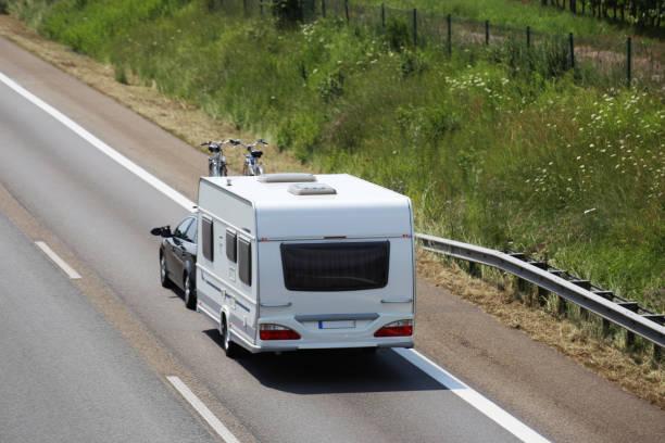 Auto schleppt Wohnwagen auf europäischer Autobahn – Foto