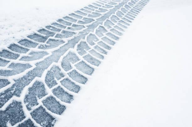 auto track auf einer nassen verschneiten straße, nahaufnahme - spur stock-fotos und bilder