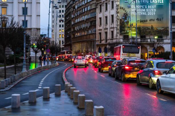 Autoverkehr zur Hauptverkehrszeit auf dem Hauptboulevard in Bukarest Innenstadt. Regenammorgen, regnerischer Abend im Winter in Bukarest, Rumänien, 2020 – Foto