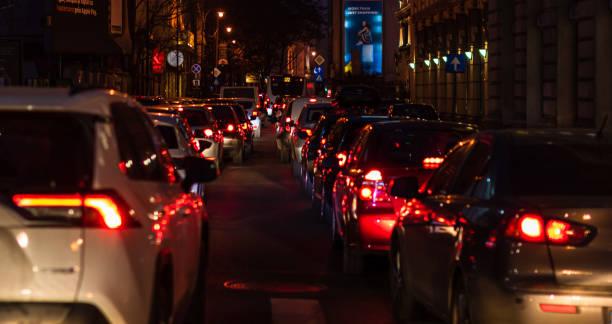 Autoverkehr auf dem Hauptboulevard in Bukarest Innenstadt. Wintermorgen/Abend Rush hour in Bukarest, Rumänien, 2020 – Foto