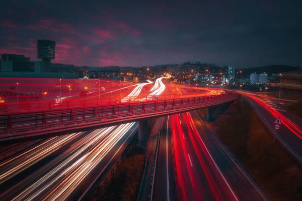 rutas de coches en Barakaldo por la noche - foto de stock
