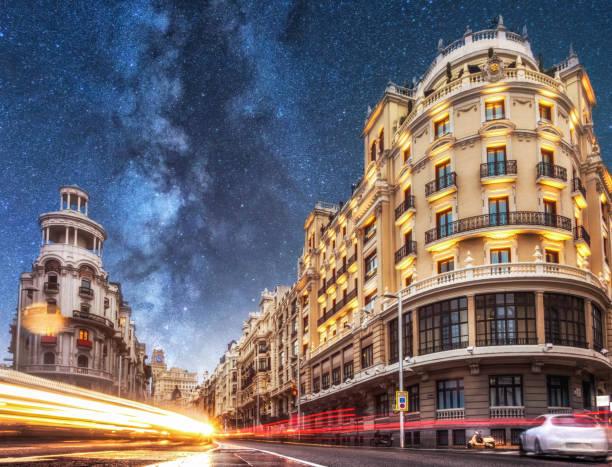 夜天の川にグランビアの車の軌跡。マドリード。スペイン - マドリード グランヴィア通り ストックフォトと画像