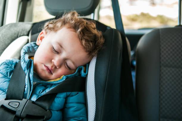 voyage en voiture - child car sleep photos et images de collection