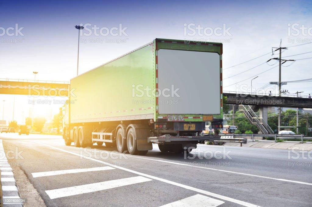 Coche camión en carretera - foto de stock