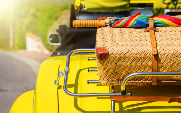 coffre de la voiture plein de sacs - valise humour photos et images de collection
