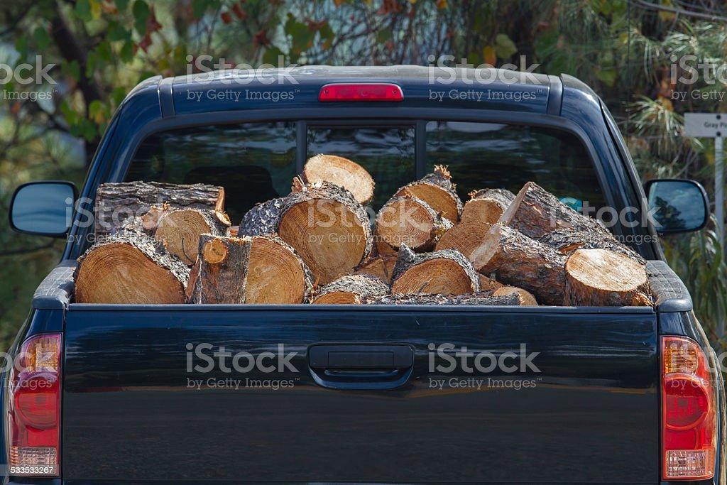 Auto-Kofferraum voller Brennholz – Foto