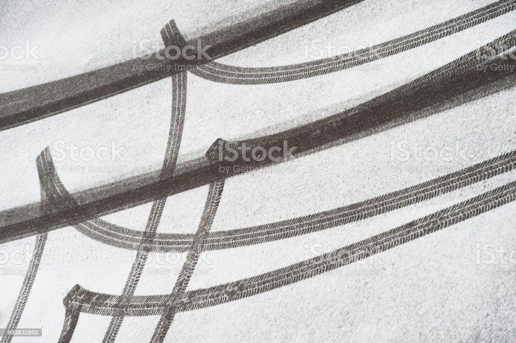 Auto Reifen Spuren und Skidmarks im Schnee – Foto