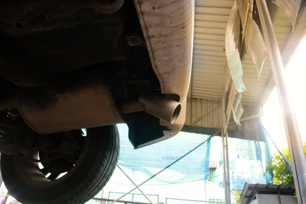 auto fahrwerk und auspuff in der garage shop. - adapter stock-fotos und bilder