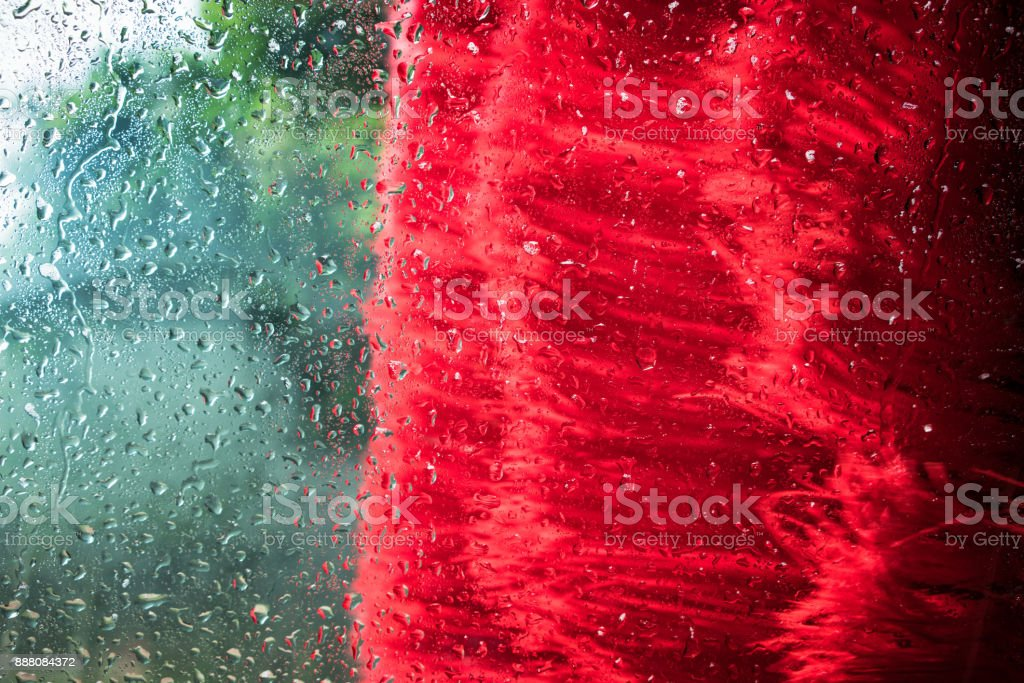 Cepillo de lavado de coches acercándose el vidrio del parabrisas - foto de stock