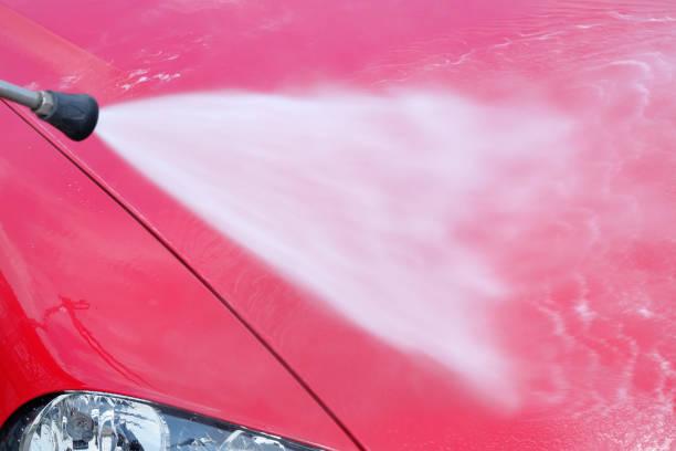 auto-waschanlagen - autowäsche mit hochdruckreiniger - dampfreiniger fenster stock-fotos und bilder