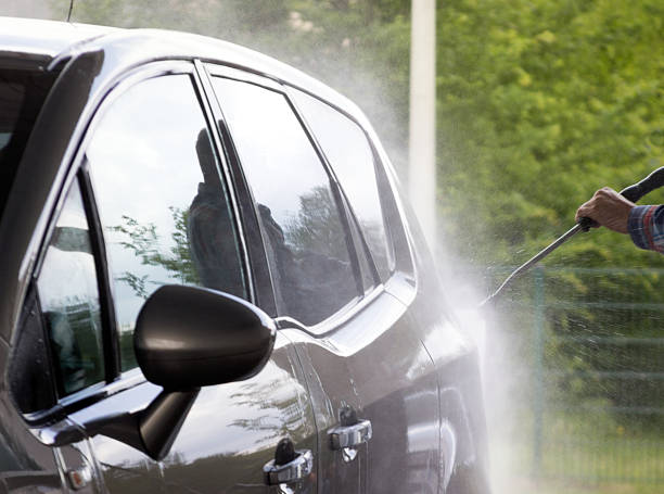 auto waschen mit besprüht wasser - dampfreiniger fenster stock-fotos und bilder