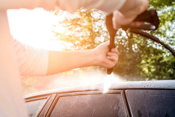 auto waschen mit aufgesprühten wasser. - dampfreiniger fenster stock-fotos und bilder