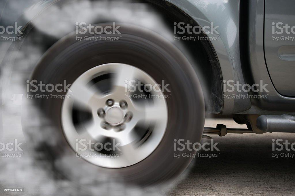 Rueda de coche flotando y tabaquismo en pista oscuridad edición - foto de stock