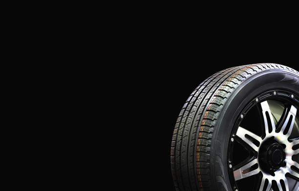 auto wiel rubber met aluminium velg geïsoleerd op zwarte achtergrond - tractieapparaat stockfoto's en -beelden