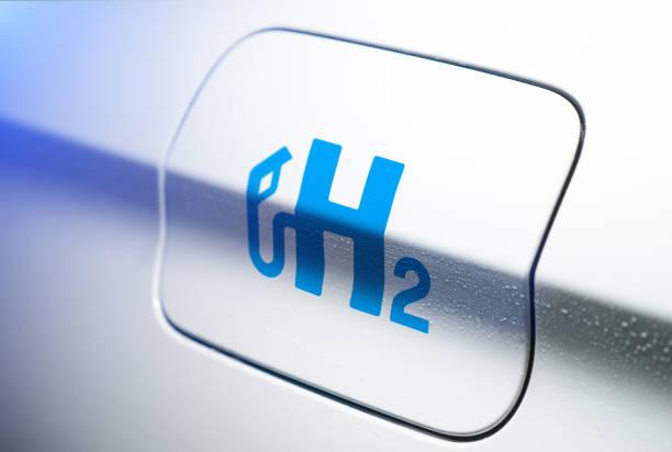 auto con logo a idrogeno sul tappo di riempimento. h2 motore a combustione per il trasporto ecologico senza emissioni. - idrogeno foto e immagini stock