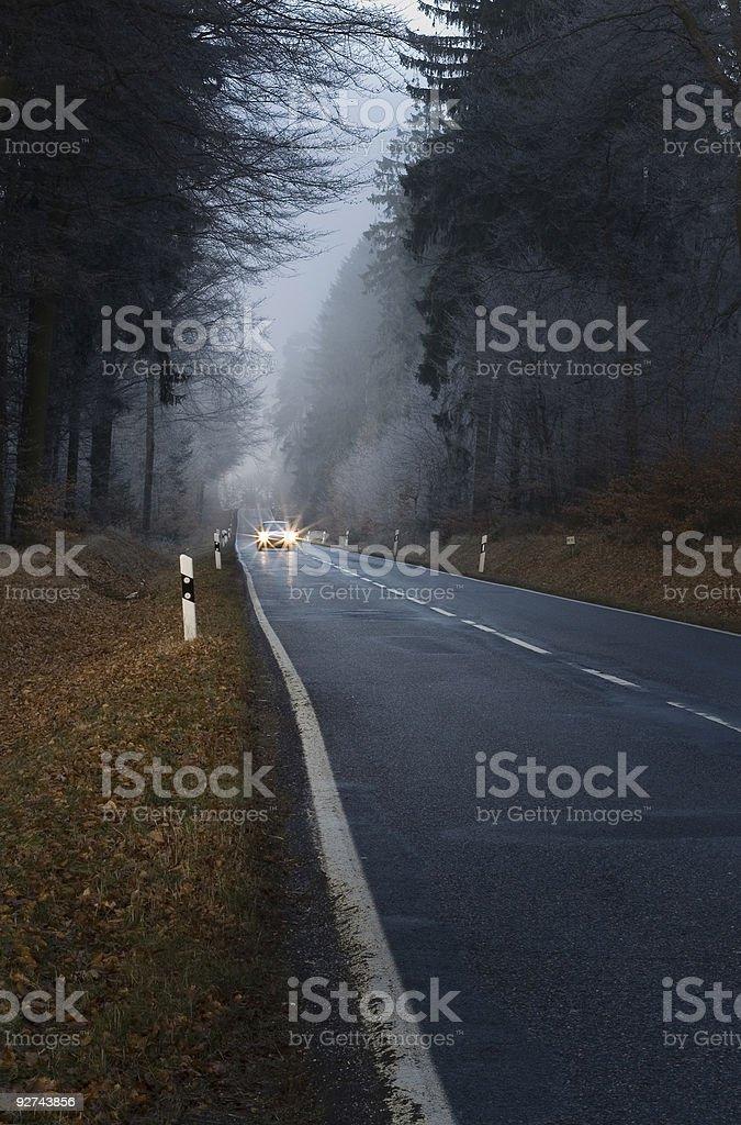 Auto mit aufstellen Scheinwerfer auf einem See lonesome forest road Lizenzfreies stock-foto
