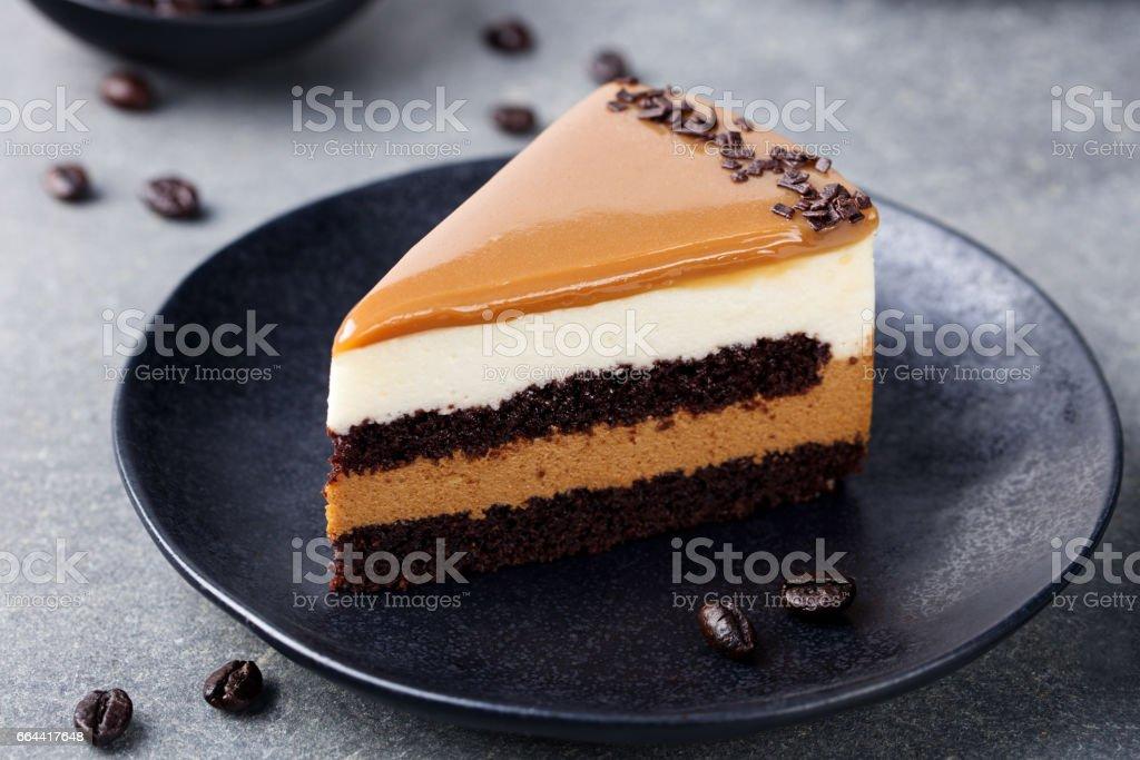 Bolo de caramelo, mousse de sobremesa em um prato. Fundo de pedra cinza - foto de acervo