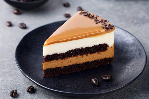 karamell-kuchen, mousse dessert auf eine platte. grauen stein hintergrund - schokoladen käsekuchen törtchen stock-fotos und bilder