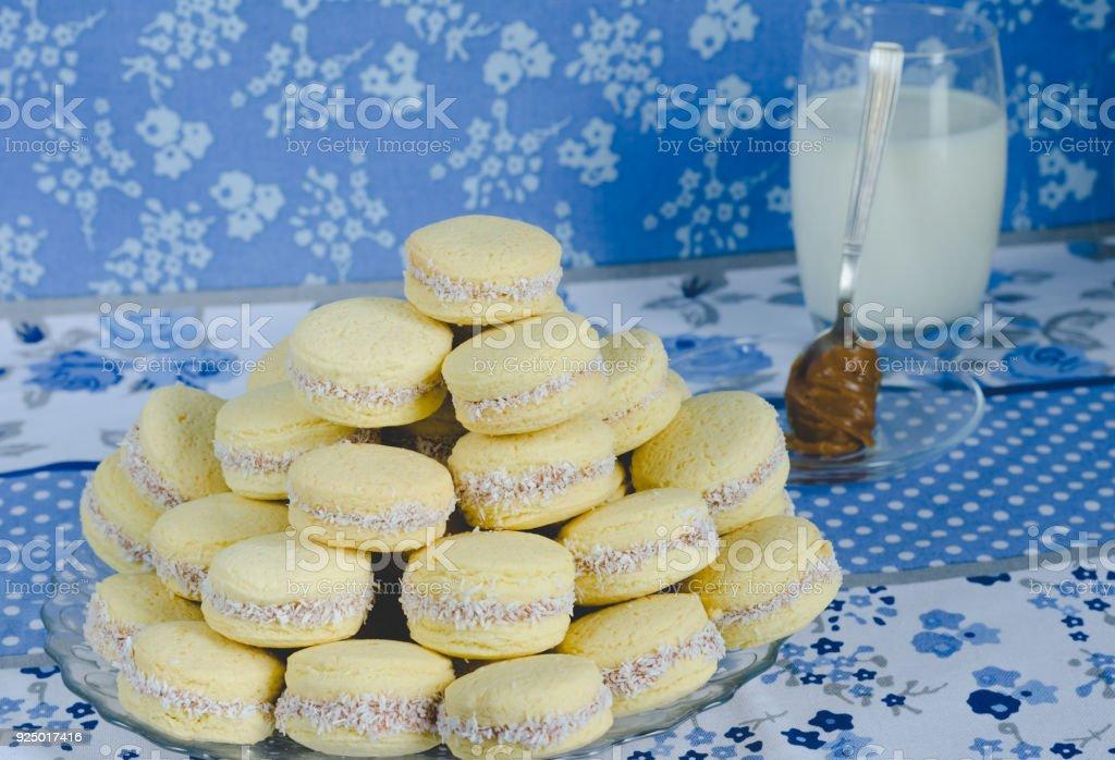 Galletas de caramelo en el fondo de paño azul. - foto de stock