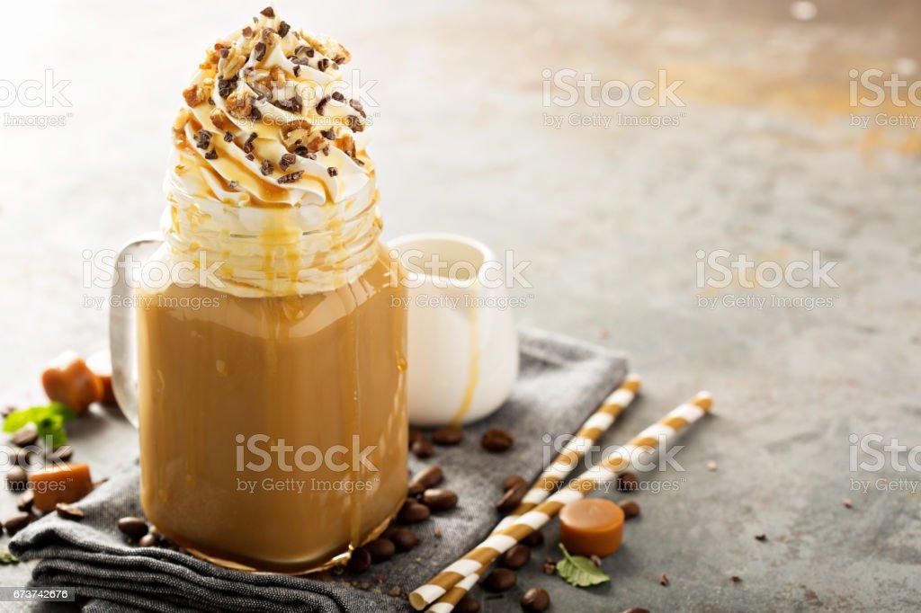 Karamel latte krem şanti ile buzlu royalty-free stock photo
