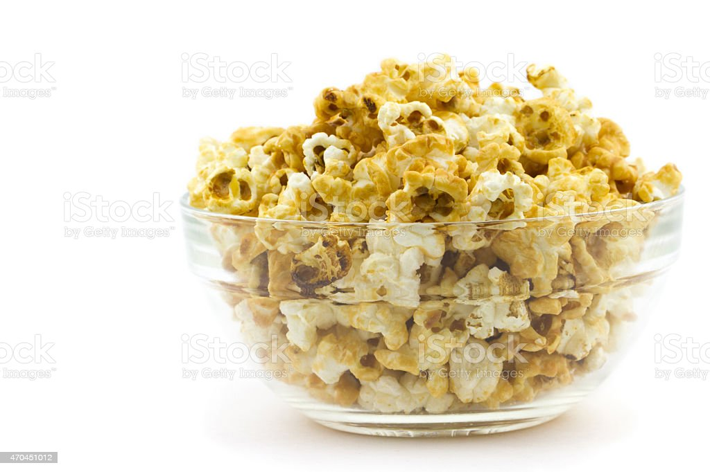 Karamell-popcorn-in ein Glas-Platte isoliert auf weißem Hintergrund – Foto