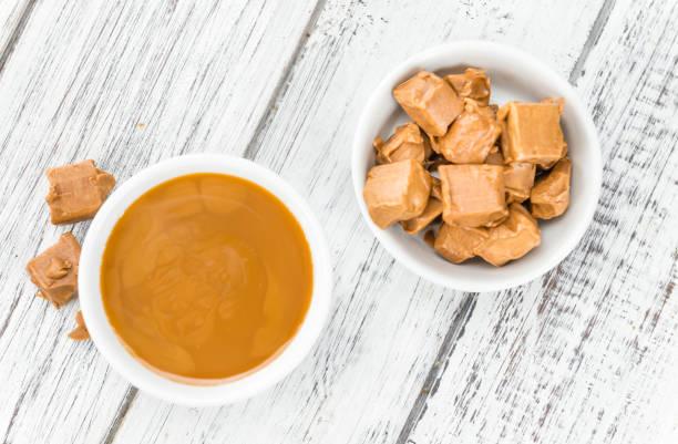karamell-sauce (tiefenschärfe) - karamellsirup stock-fotos und bilder
