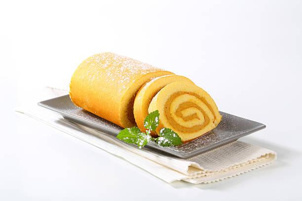 caramel swiss roll - biskuitboden stock-fotos und bilder