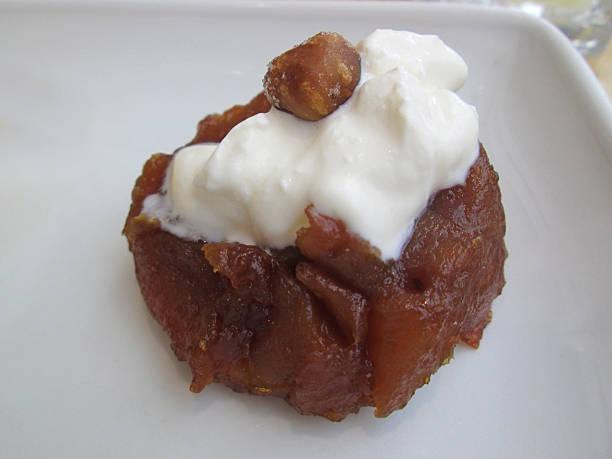 karamellisierten apfel-tarte, vanille-eis, pralinen haselnuss tuile, getrocknete-himbeer-artikel - waffelbecherkuchen stock-fotos und bilder