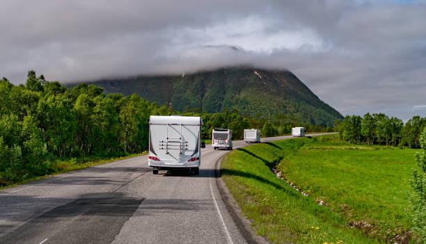 VR Caravan Auto fährt auf der Autobahn. – Foto
