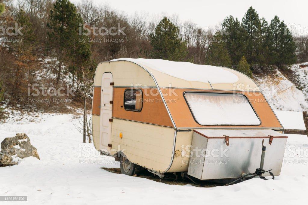 Wohnwagen auf Winter-Wiese – Foto
